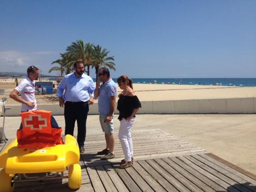El alcalde, David Bote, y la concejala Nuria Moreno, durante una visita a las playas el pasado verano. Foto: Ayuntamiento