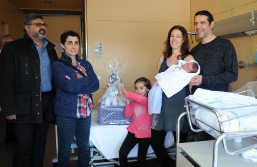 La familia con el recién nacido y el primer teniente de alcalde y la concejala en el Hospital de Mataró. Foto: Marga Cruz