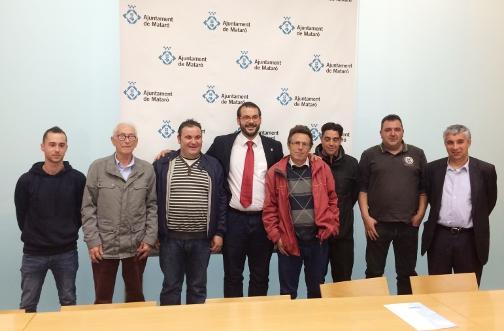 Membres del club amb l'alcalde i el regidor a l'Ajuntament. Foto: Ajuntament de Mataró
