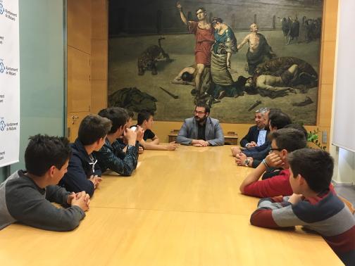 El alcalde, David Bote, y el concejal de Deportes, Josep Maria Font, con los jóvenes tenistas