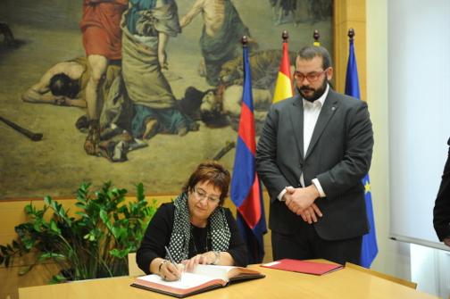 La consejera Dolors Bassa firmando el Libro de Honor, junto al alcalde, David Bote. Foto: Marga Cruz