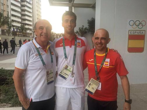 Los mataroneses Pere Robert (director de Deportes del Ayuntamiento), Albert Ramos, y el fisioterapeuta J. Casanovas. Foto: AJ