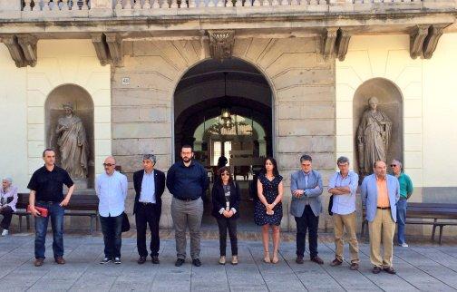 Minuto de silencio ante el Ayuntamiento con el alcalde y diferentes concejales. Foto: Ayuntamiento