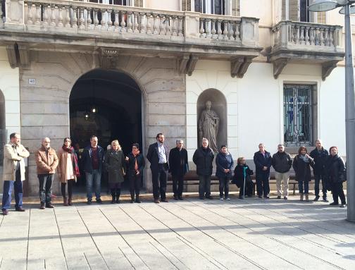 El alcalde, concejales y algunos de los ciudadanos concentrados hoy ante el Ayuntamiento. Foto: Ayuntamiento
