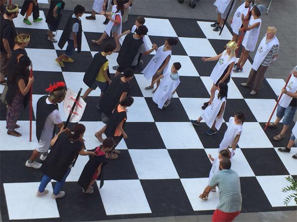 Munequitas Y Munequita Partida Gigante De Ajedrez Y Juegos Ludicos