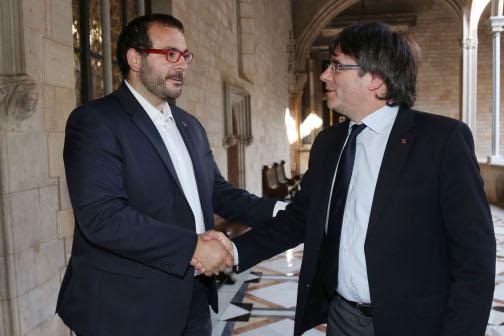 El president de la Generalitat, Carles Puigdemont, donant la benvinguda a l'alcalde, David Bote. Foto: Jordi Bedmar