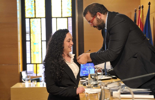 El alcalde coloca el pin oficial de concejala María José González. Foto: Marga Cruz