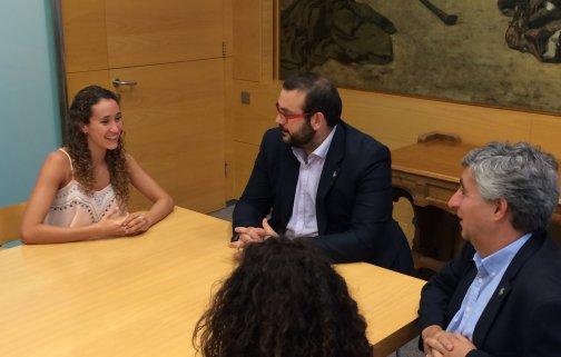 El alcalde y el concejal con el deportista Berta Ferreras durante la recepción oficial. Foto: Ayuntamiento
