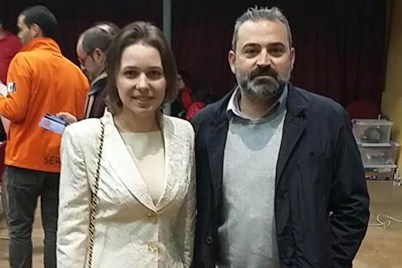 """El concejal Mora y la Campeona del Planeta de ajedrez de dos mil quince, Mariya Muzychuk """" title="""
